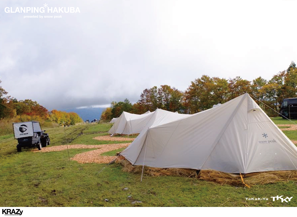 多くのテントと後ろ姿ATV